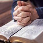 Hombre de 80 años copia toda la Biblia para memorizarla