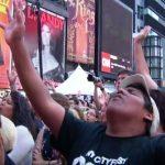 Miles oran y escuchan lecturas de la Biblia en Times Square