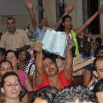 Miles de jóvenes en Cuba reciben su primera Biblia