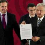 López Obrador firma iniciativa para derogar reforma educativa