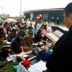 Cristianos en Indonesia se turnan para leer las Escrituras.
