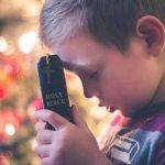 Enseñar a su hijo a tener fe puede ayudarlo a ser más feliz y bondadoso.