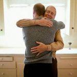 Padre celebra bautismo de su hijo después de orar 20 años por su regreso a la iglesia.